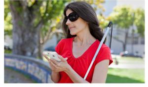 Utilizadora Cega usando um iPhone com o leitor de ecrã VoiceOver